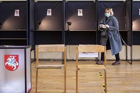 Eine Wählerin gibt in einem Wahllokal in Vilnius ihre Stimme ab. Foto: Mindaugas Kulbis/AP/dpa