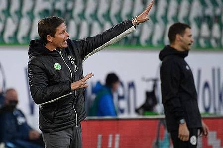Wolfsburgs Trainer Oliver Glasner gestikuliert am Spielfeldrand. Foto: Swen Pförtner/dpa