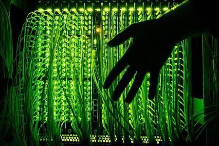 Mehrere Anbieter erhöhen derzeit gratis das Highspeed-Datenvolumen. Foto: Daniel Reinhardt/dpa/dpa-tmn