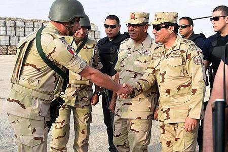 Ägyptens Präsident Al-Sisi im Sommer 2015 bei einem Besuch von Soldaten auf der Sinai-Halbinsel. Foto: Office Of The Egyptian President/OFFICE OF THE EGYPTIAN PRESIDENT/dpa