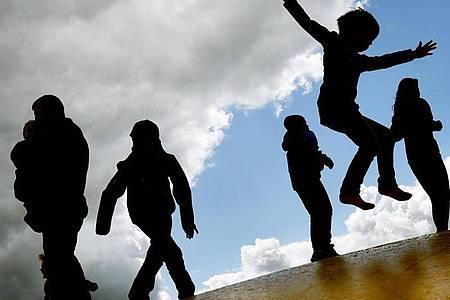 Kinder wachsen unterschiedlich schnell. Sind sie aber wesentlich kleiner oder größer als der Durchschnitt im jeweiligen Alter, lassen Eltern das lieber abklären. Foto: Ralf Hirschberger/dpa-Zentralbild/dpa-tmn