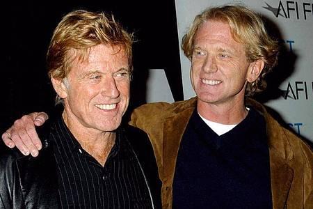 Robert Redford (l) und sein Sohn James Redford (2003). Foto: Wallace/IPOL/dpa