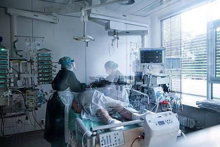 Da durch Corona-Patienten ein höherer Bedarf an Intensivbetreuung erwartet wird, gibt es drastische Forderungen. Foto: Fabian Strauch/dpa