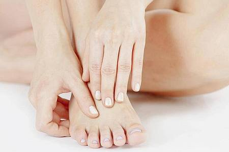 Wasser, Seife & gute Schuhe: Die richtige Fußpflege beugt Fußgeruch vor. Foto: Monique Wüstenhagen/dpa-tmn