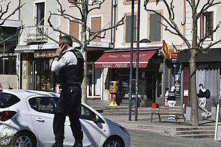 Der Tatort in Romans-sur-Isère. Foto: Uncredited/AP/dpa