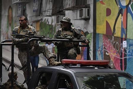 Sicherheitskräfte patrouillieren in der favela Babilonia. In keinem anderen Land der Welt kommen so viele Menschen bei Polizei-Einsätzen ums Leben wie in Brasilien. Foto: Fabio Teixeira/dpa