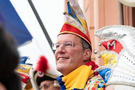 Michael Ebling (SPD), Oberbürgermeister der Stadt Mainz, feierte am 11.11.2019 fröhlich mit. Foto: Silas Stein/dpa