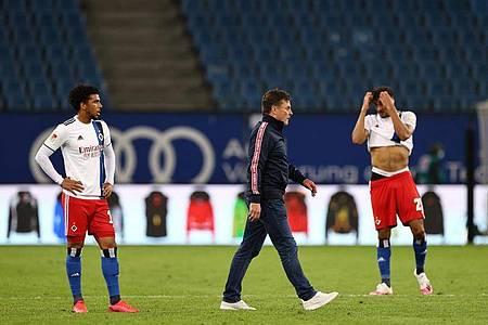 HSV-Trainer Dieter Hecking (M) ist nach dem 3:3 bedient. Foto: Christian Charisius/dpa-Pool/dpa