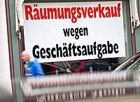 Ein Schild mit der Aufschrift «Räumungsverkauf wegen Geschäftsaufgabe» hängt im Schaufenster eines Ladengeschäfts in der Innenstadt. Foto: Peter Kneffel/dpa