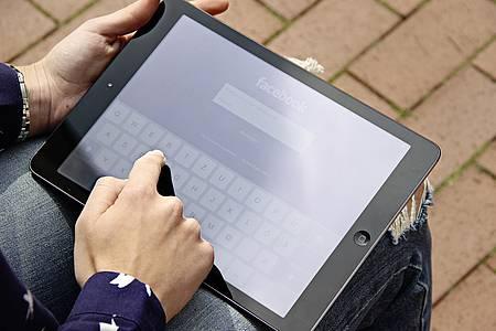 Tablet, auf dem Facebook geöffnet ist