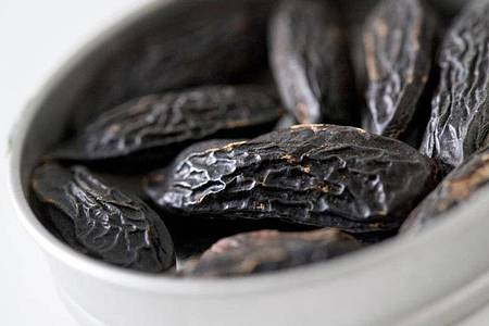 Die runzligen Tonkabohnen mit ihrer schwarz-braunen Haut haben einen intensiven Geschmack. Foto: Andrea Warnecke/dpa-tmn