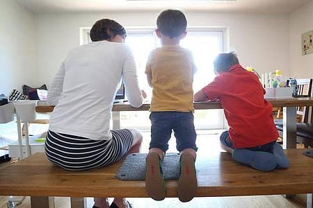 Eltern sollen nun bis zu 20 Wochen Lohnersatz bekommen können, wenn sie ihre Kinder in der Corona-Krise wegen Einschränkungen bei Kitas und Schulen zu Hause betreuen müssen. Foto: Karl-Josef Hildenbrand/dpa