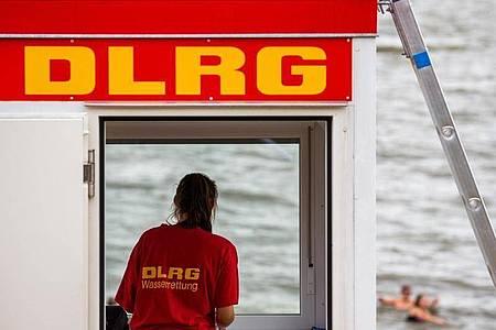 Der DLRG (Deutsche Lebens-Rettungs-Gesellschaft)warnt vor unbewachten Badestränden. Foto: Mohssen Assanimoghaddam/dpa