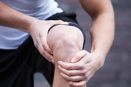 Um Knieprobleme beim Laufen zu vermeiden, sollten Hobbysportler auf das richtige Schuhwerk achten. Auch eine Untersuchung durch einen Orthopäden könnte sinnvoll sein. Foto: Christin Klose/dpa-tmn