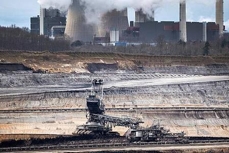 Der Tagebau Inden und das RWE-Braunkohlekraftwerk Weisweiler im Rheinland. Foto: Federico Gambarini/dpa