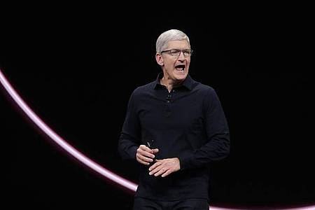 Tim Cook dürfte zu den Konditionen für App-Entwickler auf der Download-Plattform für iPhone-Anwendungen befragt werden. Foto: Jeff Chiu/AP/dpa