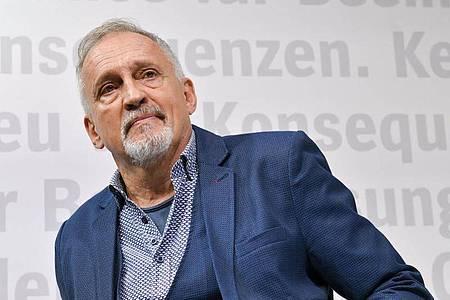 Mit fleißiger Faulheit zum Bestseller - Jussi Adler-Olsen wird 70. Foto: Jens Kalaene/dpa-Zentralbild/dpa