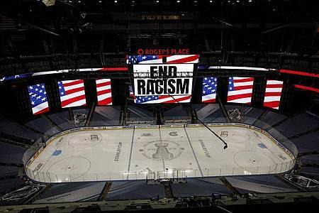«End Racism»: Klare Botschaft auf einer Anzeigetafel der NHL. Foto: Jason Franson/The Canadian Press/AP/dpa
