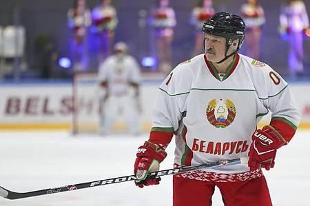 Belarus-Präsident Alexander Lukaschenko zeigt sich gerne als Eishockeyspieler. Foto: Andrei Pokumeiko/POOL BelTa/AP/dpa