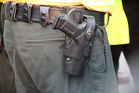 Polizist mit Waffe