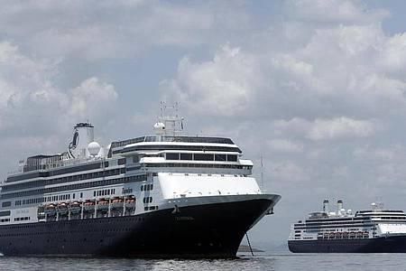 Das Kreuzfahrtschiff «Zaandam» steht vor der Küste von Panama. Foto: Arnulfo Franco/AP/dpa
