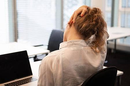Zwickt der Nacken? Regelmäßiges Dehnen der Muskulatur kann bei Verspannungen helfen. Foto: Catherine Waibel/dpa-tmn
