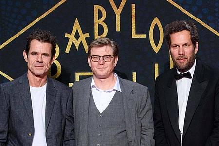 Die Regisseure und Drehbuchautoren Tom Tykwer (l-r), Henk Handloegten und Achim von Borries 2017 in Berlin. Foto: Gregor Fischer/dpa