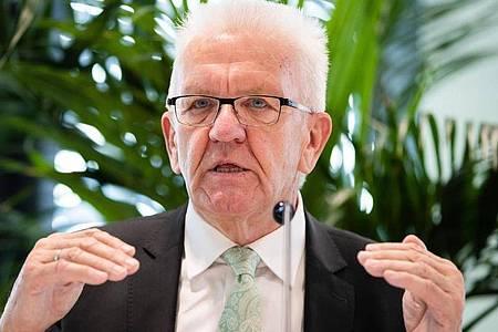 Baden-Württembergs Ministerpräsident Winfried Kretschmann spricht in Tübingen. Foto: Christoph Schmidt/dpa