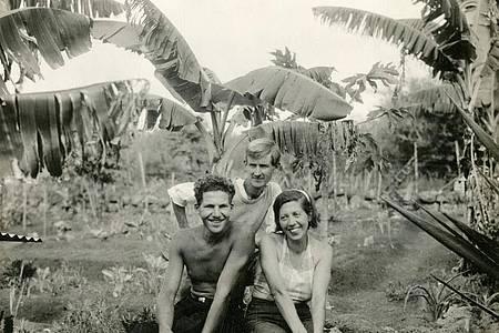 Die Baronin Wagner und ihre Liebhaber bildeten eine der drei Parteien, die auf der Galapagosinsel Floreana in Konflikt gerieten. Foto: Jügen Stumpfhaus/ZDF/dpa