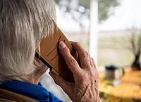 Während viele jüngere Menschen Messangerdienste für Kontakte mit der Familie nutzen, greifen die älteren gerne zum Telefon. Foto: Sebastian Gollnow/dpa