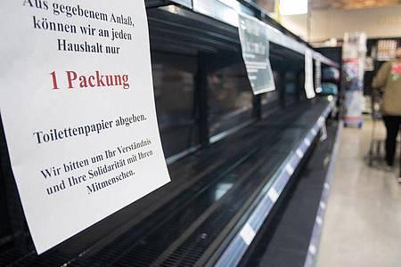 Wegen der Hamsterkäufe ist vor allem Klopapier in einigen Supermärkten nicht mehr verfügbar. Foto: Tom Weller/dpa