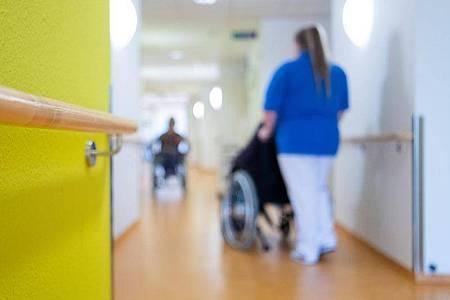 Laut Bericht der WHO fehlen weltweit 5,9 Millionen professionelle Krankenschwestern und Pfleger. Foto: Tom Weller/dpa
