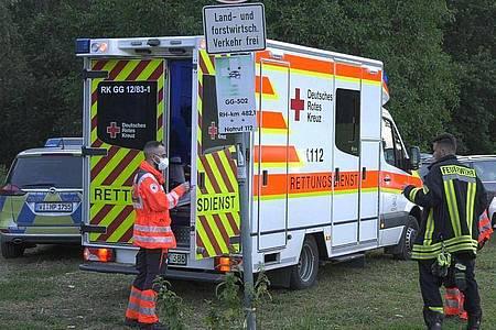 Rettungskräfte stehen am Ufer des Rheins bei Trebur. Foto: Allexander Kreutz tv News/dpa