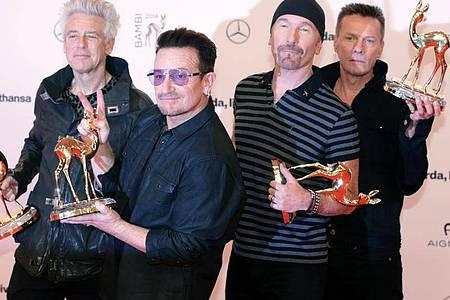 Die irische Rockband U2 um Leadsänger Bono (2.v.l.) posiert bei der Verleihung des Medienpreises Bambi. Foto: picture alliance / dpa