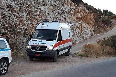 Ein Krankenwagen im Einsatz. (Symbolbild). Foto: Nikos Litsardis/ikariaki.gr/AP/dpa