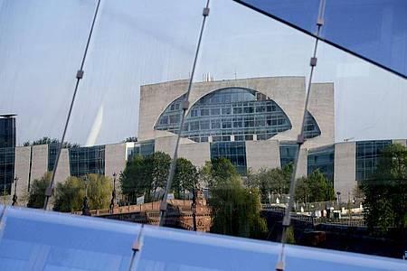 Das Bundeskanzleramt spiegelt sich in einer Gebäudefassade. Foto: Christoph Soeder/dpa