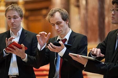 Das Tablet-Trio um Matthias Krebs (Mitte) spielt mit Apps ein Bach-Konzert im Berliner Dom. Foto: Sven Ratzel/dpa-tmn