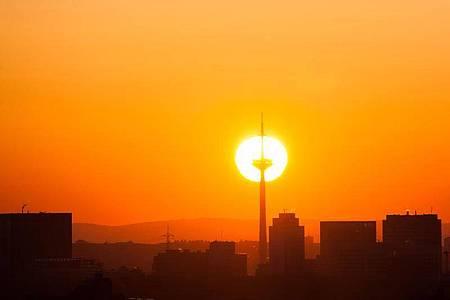 Die Sonne geht hinter dem Fernsehturm in Frankfurt auf. Hoch «Jürgen» bringt aktuell viel Sonne und kalte Luft nach Deutschland. Foto: Frank Kleefeldt/dpa
