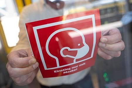 In öffentlichen Verkehrsmitteln ist das Tragen einer Maske vorgeschrieben. Ein selbstausgefülltes Online-Attest befreit Bürger nicht von dieser Pflicht. Foto: Sebastian Gollnow/dpa