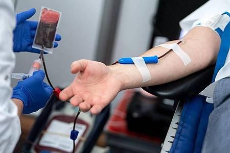Blutspender sollten sich durch Corona-Epedimie nicht abschrecken lassen. Das Infektionsrisiko für Blutspender sei aber sehr gering. Foto: Bernd von Jutrczenka/dpa