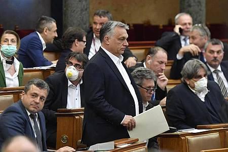 Weg ion die Autokratie? Viktor Orban hat sich vom Parlament mit umfassenden Sondervollmachten ausstatten lassen. Foto: Zoltan Mathe/MTI/dpa