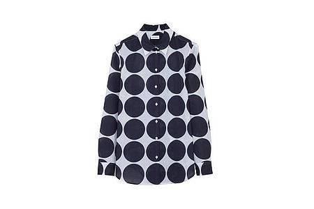 Polka Dots sind mal wieder im Trend: Die großen Kreise zieren zum Beispiel eine Bluse von Seidensticker (ca. 80 Euro). Foto: Seidensticker/dpa-tmn