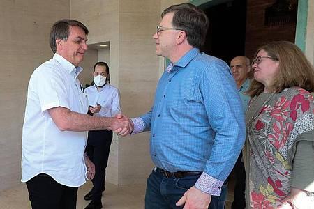 Am 4. Juli schüttelt Jair Bolsonaro (l) Todd Chapman, dem US-Botschafter in Brasilien, noch die Hand. Foto: Isac Nóbrega/Palacio Planalto/dpa