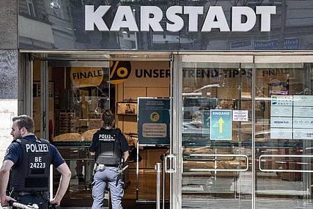 Am Hermannplatz in Berlin-Neukölln war die Polizei wegen eines Raubüberfalls im Einsatz. Foto: Fabian Sommer/dpa
