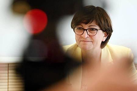 Die SPD-Parteivorsitzende Saskia Esken fordert angesichts steigender Infektionszahlen eine deutliche Ausweitung der Corona-Tests in Deutschland. Foto: Uli Deck/dpa