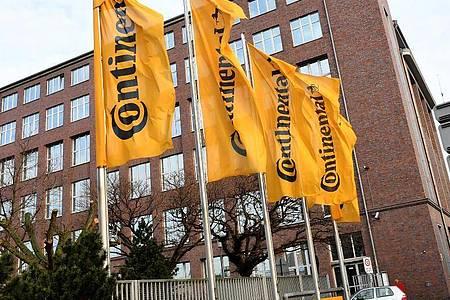 Fahnen mit dem Continental-Logo wehen vor der Hauptverwaltung des Unternehmens in Hannover. Foto: Holger Hollemann/dpa