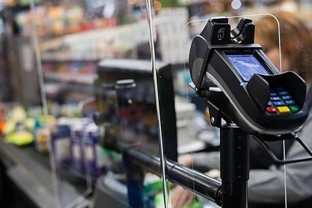 Eine Frau an einer Kasse in einem Supermarkt. Rund eine Million Menschen müssen in Deutschland ihr niedriges Einkommen mit Hartz IV aufstocken. Foto: Tom Weller/dpa