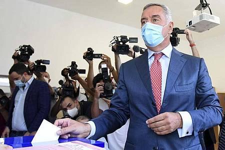 Milo Dukanovic, Präsident vonMontenegro, gibt in einem Wahllokal seine Stimme ab. Foto: Risto Bozovic/AP/dpa