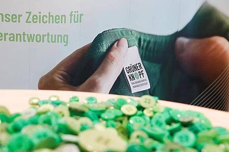 Bei Textilien mit dem «Grünen Knopf» werden soziale und ökologische Mindeststandards eingehalten. Foto: Jonas Klüter/dpa