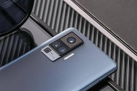 Ganz oben sitzt beim Vivo X51 5G die Hauptkamera, ganz unten die Periskop-Telekamera mit Fünffach-Zoom. Foto: Vivo/dpa-tmn
